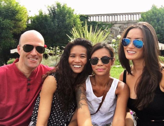 Celine sitter ute sammen med familien sin. Alle smiler.