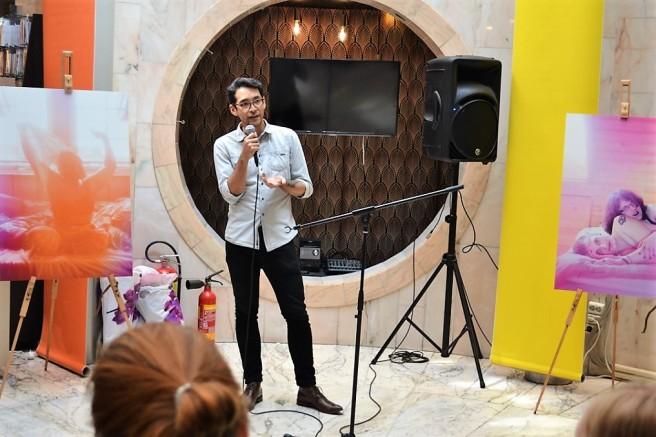 På bildet ser man en ung mann fortelle snakke til en forsamling.